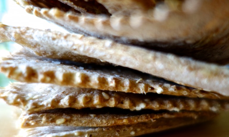 Spelt Wheat Crackers with Fennel and Sesame Seeds